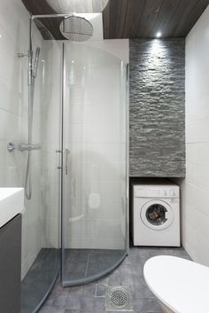 Pieneen kerrostalokaksion kylpyhuoneeseen saatin tilaratkaisuilla ja materiaalivalinnoilla seesteistä, kylpylämäistä tunnelmaa. Tyylikkäät suihkuseinät taittuvat pois edestä, ja pesukone upotettiin keittiön vastaiselle seinälle.