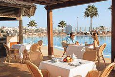 IBEROSTAR Anthelia. In dit prachtige hotel van de IBEROSTAR-keten kunt u genieten van een overheerlijke keuken, uitgestrekte zwembaden, een fantastisch wellnesscenter en nette kamers. In Anthelia vindt u alle comfort en luxe die u zich maar kunt wensen.     Het hotel bestaat uit 6 gebouwen met ieder een eigen identiteit. In de grote tuin vindt u 2 zwembaden en meerdere zonneterrassen met ligbedden, parasols, douches en badhanddoekservice. Officiële categorie *****