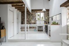 La cocina  - AD España, © Carlos Onetti La cocina es amplia, en ella apreciamos también las paredes originales de la casa, y disfruta también de una zona de comedor. Foto Carlos Onetti