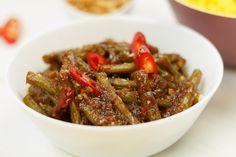 Wij kiezen vandaag voor de zelfgemaakte boemboe sajoer boontjes. Extra lekker, en naar eigen smaak wat pittiger! In no time je eigen boemboe Dutch Recipes, Asian Recipes, Ethnic Recipes, I Love Food, Good Food, Veggie Recipes, Healthy Recipes, Malaysian Food, Indonesian Food
