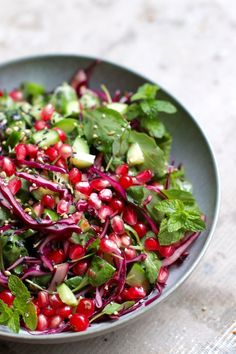 Salad with pomegranate and ginger sesame dressing Chicken Quinoa Bowl Recipe, Quinoa Recipes Easy, Green Salad Recipes, Healthy Salad Recipes, Baby Food Recipes, Vegetarian Recipes, Healthy Food, Greek Quinoa Salad, Turkey Soup