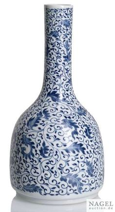 A very rare Imperial blue and white vase (shuanluping), China, encircled underglaze-blue six-character mark Yongzheng and of the period. Photo Nagel Auktionen
