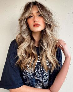 Curly Hair With Bangs, Hairstyles With Bangs, Curly Hair Styles, Curly Hair Colour Ideas, Long Messy Hair, Brunette Hair, Blonde Hair, Blonde Bangs, Bangs And Balayage