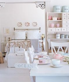 Small cottage interior - Shabby Chic, Cute! Blanc Shabby Chic, Cottage Shabby Chic, Style Cottage, Shabby Chic Vintage, Style Shabby Chic, Shabby Chic Kitchen, Shabby Chic Homes, Coastal Cottage, Chabby Chic