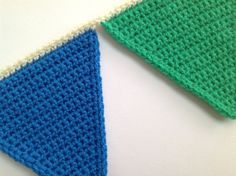 Moet er een reden voor een feestje zijn om een vrolijke vlaggenlijn te mogen haken, nee toch?! Er zijn genoeg patronen te vinden hoe je vlaggetjes moet haken maar tot nu toe ben ik nog nergens tege... Diy Crochet Garland, Knitted Bunting, Crochet Decoration, Diy Garland, Crochet Home, Crochet For Kids, Crochet Crafts, Free Crochet, Knit Crochet