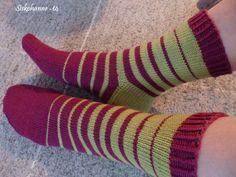 Kuunliljapihan silmukat: Raitasukat Lots Of Socks, Cool Socks, Baby Knitting Patterns, Knitting Projects, Knitting Socks, Handicraft, Color Combos, Mittens, Diy And Crafts