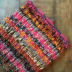 Cette pièce est parfaitement capturée par son nom. COQUIN. Il ne fait pas partie d'une collection, mais fait sur un coup de tête avec toutes mes couleurs préférées. Il a rayé et brillaient et rose et brillant. Vous ne pouvez pas avoir une mauvaise journée en portant cette écharpe. Il apporte tant de joie et lumière dans le monde. Super épais avec jusquà 5 fils mélangés à la fois. Types de fils utilisés : Laine, laine mérinos, alpaga laine péruvienne, Nylon Sans soudure Réversible Super vo...