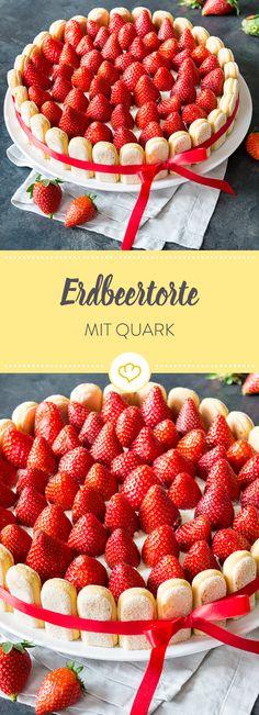 Fluffiger Biskuitboden, cremige Quark-Sahne-Füllung und ein Topping aus Erdbeeren - mit einem Rand aus Löffelbiskuit fast zu schön zum essen.