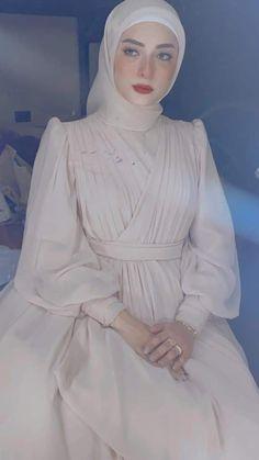 Fancy Wedding Dresses, Muslim Wedding Dresses, Designer Wedding Dresses, Bridal Dresses, Hijab Dress Party, Hijab Evening Dress, Elegant Dresses Classy, Classy Dress, Muslim Women Fashion