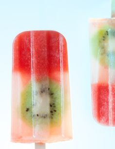 """Sommerliches Rezept für Eis am Stiel. Ganz einfach selber machen mit dem leckeren Wassereis-Rezept """"Erdbeer-Zitronen mit Kiwi"""""""