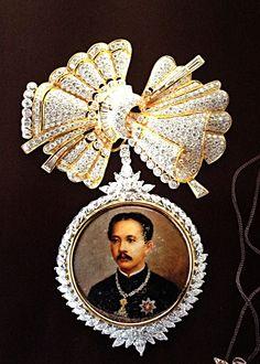 House of Chakri's Royal jewelry. Queen Sirikit, Royal Tiaras, Vietnam, Gemstone Jewelry, Gold Jewelry, Jewellery, 10 Picture, Royal Jewelry, Thai Style