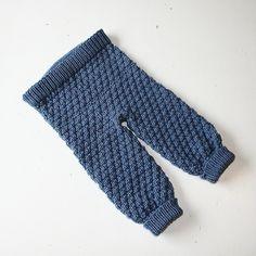 En god og behagelig bukse til baby og barn strikket i et enkelt mønster bestående av rett og vrang masker.