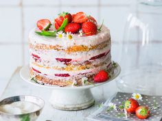 Strawberry cake with a carrot cake base and cream cheese Best Dessert Recipes, Fun Desserts, Sweet Recipes, Keto Recipes, Cake Recipes, Cake Thermomix, Lake Cake, Coconut Chutney, Chaat