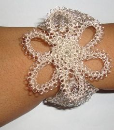Hermoso brazalete ,tejido con hilos de plata en punto peruano