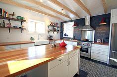 Cuisine éclectique, tuiles à motif, mur de craie, comptoir en bois, poutre en bois, Design Commercial, Eclectic Kitchen, Decoration, Kitchen Cabinets, Designers, Home Decor, Wooden Countertops, Wooden Beam, Roof Tiles