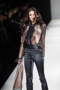 Deri firması DESA'nın defilesine çıkan manken Özge Ulusoy, transparan kıyafetinin üzerine ceket giymesine rağmen frikik vermekten kurtulamadı. - Özge Ulusoy'un iş kazası! - İstanbul Fashion Week 2010 - Türkiye'den