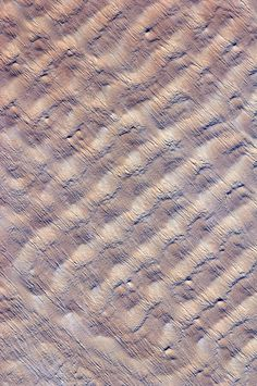 Sand dunes in the Sahara's Fachi-Bilma sand sea. Transverse AND longitudinal dunes? Aerial Photography, Abstract Photography, Landscape Photography, Patterns In Nature, Textures Patterns, Abstract Pattern, Pattern Art, Dune, Earth Texture