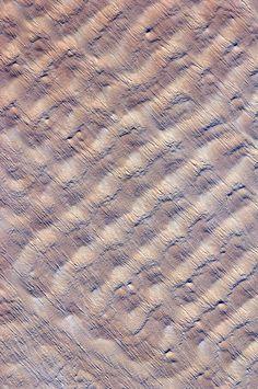 Sand dunes in the Sahara's Fachi-Bilma sand sea. Transverse AND longitudinal dunes? Surface Pattern Design, Pattern Art, Abstract Pattern, Abstract Photography, Aerial Photography, Landscape Photography, Patterns In Nature, Textures Patterns, Dune