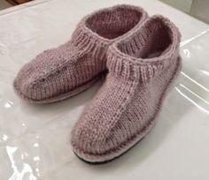Pantoufles avec semelles - Cercle de Fermières de Montréal-Nord Loom Knitting, Knitting Socks, Hand Knitting, Mode Crochet, Knit Or Crochet, Knitted Slippers, Slipper Socks, Knit Shoes, Sock Shoes