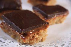 Descubre un pastel de chocolate y dulce de leche con base de almendra, cremoso, que se deshace en la boca. Deléitate con este pastel para pecar y disfrutar.