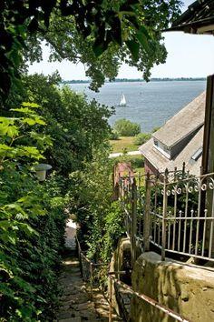 Hamburg- Blankenese, Blick über Bröers Treppe hinab auf die Elbe und das Alte Land: Eine der vielen schmalen Gassen, die ihren Namen den Hausbesitzern verdanken, zu denen sie führten.