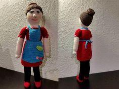 Denne hæklede dukke af Rosa fra Rouladegade, Ramasjang bliver omkring 42 cm lang. Der startes med hovedet og hækles nedad.