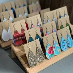 Earring Card Holder in Raw Cedar Wood – Earring Stand – Earring Card Display for Craft Shows, Trade Show Vendors – Diy Jewelry To Sell Jewelry Booth, Wood Jewelry Display, Bracelet Display, Earring Display, Jewelry Stand, Jewellery Display, Accessories Jewellery, Music Jewelry, Jewelry Hanger
