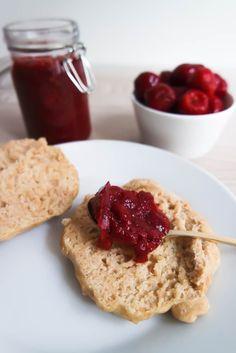 Was wäre das ausgiebige Sonntagsfrühstück ohne ein Brötchen mit Marmelade? Ich zeige dir ein Rezept für gesunde Marmelade ohne Zucker mit nur 3 Zutaten!