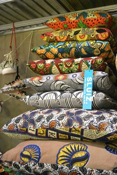 Using Art and Crafts in African Decor African Room, African Art, African Prints, African Interior, African Home Decor, Blog Deco, African Design, Deco Table, African Fabric