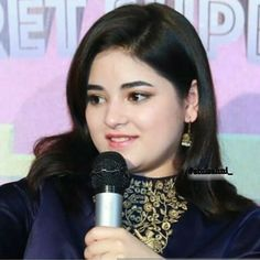 Aaawwww so cute and beautiful Teen Actresses, Indian Actresses, Zaira Wasim, Indian Women Painting, Yellow Floral Dress, Pakistani Girl, Indian Teen, Stylish Girl Pic, Cute Faces