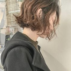 . #くせ毛風パーマ  に #ウェットヘア ☝️ 今回もバッサリカットしましたありがとうございます . 実際にパーマをかけたお客様のヘアです #プロダクトワックス と オイル揉み込んでスタイリング お肌に優しいスタイリング剤なので顔周りのデザインにもオススメ . . ブリーチやハイライトをされてる方でパーマを、かけれない方は巻き方まで直接お教えしますので安心してください ご予約は、DM ライン ネット予約もお気軽にお問い合わせください . . #shima #おしゃれ #大人可愛い #ニット #ボブ #ショートボブ #抜け感 #RUDI #fudge #onkul #古着 #ヴィンテージ #ヴィンテージファッション #ハンサム #カジュアル #外国人風カラー  #ハイライトカラー #おしゃれさんと繋がりたい #おしゃれのお手伝いします #ナチュラル #ワンレンボブ #秋冬コーデ #冬ヘア #オトナ可愛い
