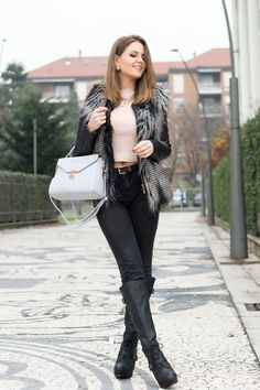 How to wear black leather boots. Stivali al ginocchio la mia proposta outfit da giorno, easy, ma super chic! www.ellysa.it #ootd #fashion #fashionblogger #boots #furcoat