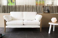 Il divano bianco Ariston è un arredamento da salotto che trasuda un'eleganza lussuosa. Le forme di questo divano sono ispirate al design degli anni '60 e la combinazione di materiali rende questo divano un prodotto dalla fattura eccezionale.