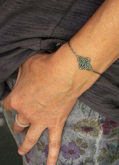 Ein süßes **Macramée-Armbändchen **mit eingearbeiteten Silberperlchen.  Es ist größenverstellbar und lässt sich somit individuell anpassen.  Hergestellt aus S-Lon Bead Cord  Das Motiv ist ca....