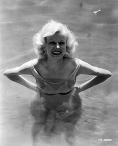 Jean Harlow in her pool photo by Clarence Sinclair Bull 1932 Old Hollywood Glamour, Golden Age Of Hollywood, Hollywood Stars, Classic Hollywood, Hollywood Usa, Vintage Hollywood, Hollywood Actresses, Jean Harlow, Marilyn Monroe