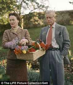 On This Day June 3 1937 The Duke Of Windsor And Wallis Simpson Marry Stock Pictures, Royalty-free Photos & Images Wallis Simpson, Queen Mary, Queen Elizabeth, Eduardo Viii, Edward Windsor, British Country Style, House Of Windsor, British Monarchy, Prince Edward