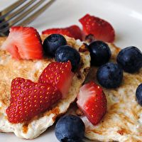 Lots of healthy snack ideas. Including Protein Pancakes: Mix 4 egg whites, ½ cup of rolled oats, ½ cup of low-fat cottage cheese, ⅛ teaspoon of baking powder, and ½ teaspoon of pure vanilla extract. Cook for 60 seconds each side. Healthy Treats, Healthy Recipes, Healthy Food, Healthy Protein, Eating Healthy, Easy Recipes, Side Recipes, Delicious Recipes, High Protein Snacks