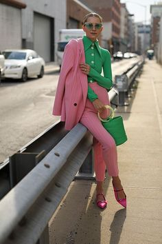 Colorful Pantsuits: 25 Ways to Power Suit Up This Season - by Perfete - vintage inspired kelly green and pink pantsuit Colorful Outfits, Colorful Fashion, Colorful Clothes, Green Fashion, Unique Outfits, Unique Fashion, Color Blocking Outfits, Fashion 2020, Look Fashion