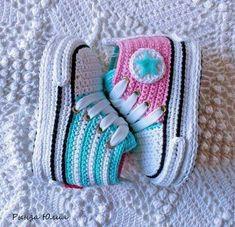 De 0 á Se Gostou Clique no ❤ Siga nosso perfiThis Pin was discovered by TaiBeauty and Things (аCrochet Baby Booties With Bows And PearlsFaixa e sapatinho de crochê com chaton de strass - 50 cores no Crochet Baby Sandals, Crochet Baby Boots, Booties Crochet, Crochet Baby Clothes, Crochet Slippers, Cute Crochet, Crochet Pattern, Crochet Converse, Baby Boy Booties