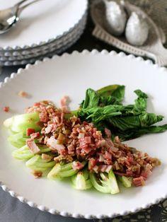 ごま油で炒めたにんにく、ザーサイ、ベーコンが味を左右する重要素。シンプルなちんげん菜を一気にごちそうに変身させてくれる。|『ELLE gourmet(エル・グルメ)』はおしゃれで簡単なレシピが満載!