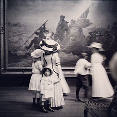 Women and children long gone at the Met Museum. How many eyes have seen all those paintings throughout history. Metropolitan Museum, Vintage Photographs, Vintage Photos, Antique Photos, Unique Vintage, 1920s, American Wings, National History, Painting Gallery