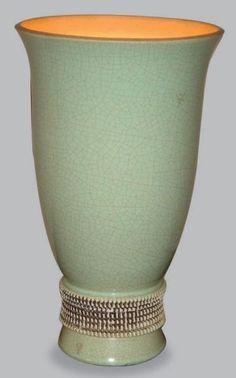 BESNARD Jean (1889-1958)  LAMPE en céramique de forme évasée à couverte vert amande craquelée. Le pied est scarifié de divers incisions beiges sur fond de terre crue. Monogrammée JB. Circa 1931. Haut.: 31,5 cm Cette technique d'incisions dans la matière est typique de la période africaniste de l'artiste des années 1930-32