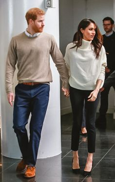 Meghan Markle Wore the Perfect Winter Sweater Today — and You Can Shop Her Cozy Look! Meghan Markle Wore the Perfect Winter Sweater Today — and You Can Shop Her Cozy Look! Estilo Meghan Markle, Meghan Markle Stil, Mode Outfits, Trendy Outfits, Fashion Outfits, Prinz Harry Meghan Markle, Pull Grosse Maille, Pull Beige, Outfits