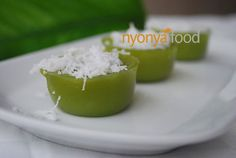 Kuih kosui is a saucer shaped rice cake flavored with pandan (screwpine leaves) juice. A good kuih kosui is rich in pandan aroma and have a springy and soft texture. It is best eaten with freshly grated coconut. Asian Snacks, Asian Desserts, Asian Recipes, Malaysian Dessert, Malaysian Food, Rice Cake Flavors, Nyonya Food, Asian Cake, Rasa Malaysia