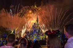 """Se toda história de conto de fadas termina com um """"felizes para sempre"""", os visitantes do Walt Disney World Resort em Orlando poderão vivenciar um verdadeiro passeio pelas histórias clássicas da Disney no novo show noturno de fogos e efeitos especiais,""""Happily Ever After"""", que estreou ontem no lugar do famoso e agora saudoso """"Wishes"""". Antes de falar sobre o show, um adendo: muita gente reclama das mudanças na Disney, como essa, como se isso fosse estragar o espetáculo. O Wishes não nasceu…"""