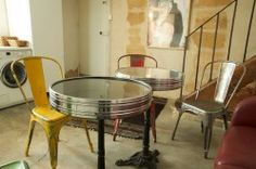 Sur le modèle d'un bistrot parisien, ce duplex de 4 pièces, situé au rez-de-chaussée sur cour, vous emmène dans la rue de Saintonge appartenant au 3ème arrondissement de Paris, au cœur du Marais historique. D'une capacité d'accueil de 6 personnes avec deux chambres à l'étage, une double et une avec deux lits simple, et un canapé convertible dans le séjour, le Turenne offre deux couchages d'appoints supplémentaires pour des séjours en famille.