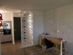 Moucharabieh blanc dans une entrée permettant d'occulter en partie l'espace salon/séjour