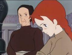 Marilla tiene d'occhio severa la neo-arrivata Anna mentre fa le faccende domestiche