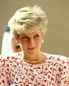 Diana, Princess of Wales on a tour in the Gulf Get premium, high resolution news photos at Getty Images Princess Diana Jewelry, Princess Diana Hair, Princess Diana Fashion, Princess Diana Photos, Princess Diana Family, Real Princess, Princess Kate, Princess Of Wales, Lady Diana Spencer