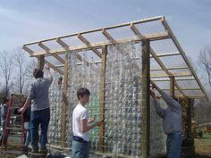 Una serra con bottiglie di plastica riciclate